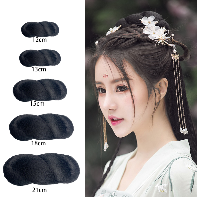 The style of the ancient Chinese costume is simple, and the eight character hair bun is commonly used