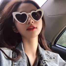 韩版复古爱心墨镜女ins街拍欧美原宿白色框桃心网红太阳眼镜沙滩图片