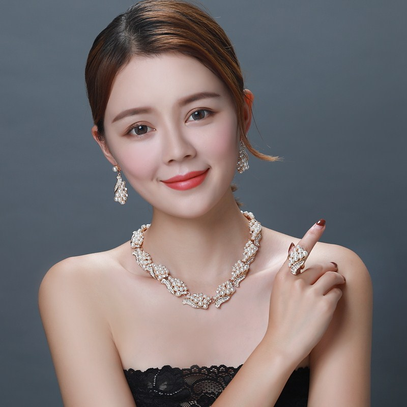Korean pearl clavicle chain four piece set of jewelry womens European and American exaggerated decorative Necklace party dress fashion accessories