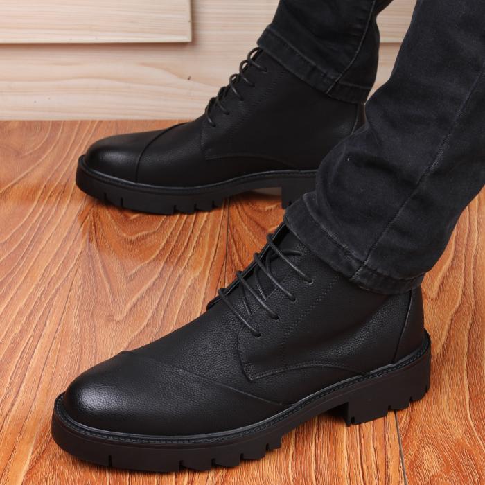 靴を高くする男性のイングランドの中で厚い底の男性の靴の背が高くなります。