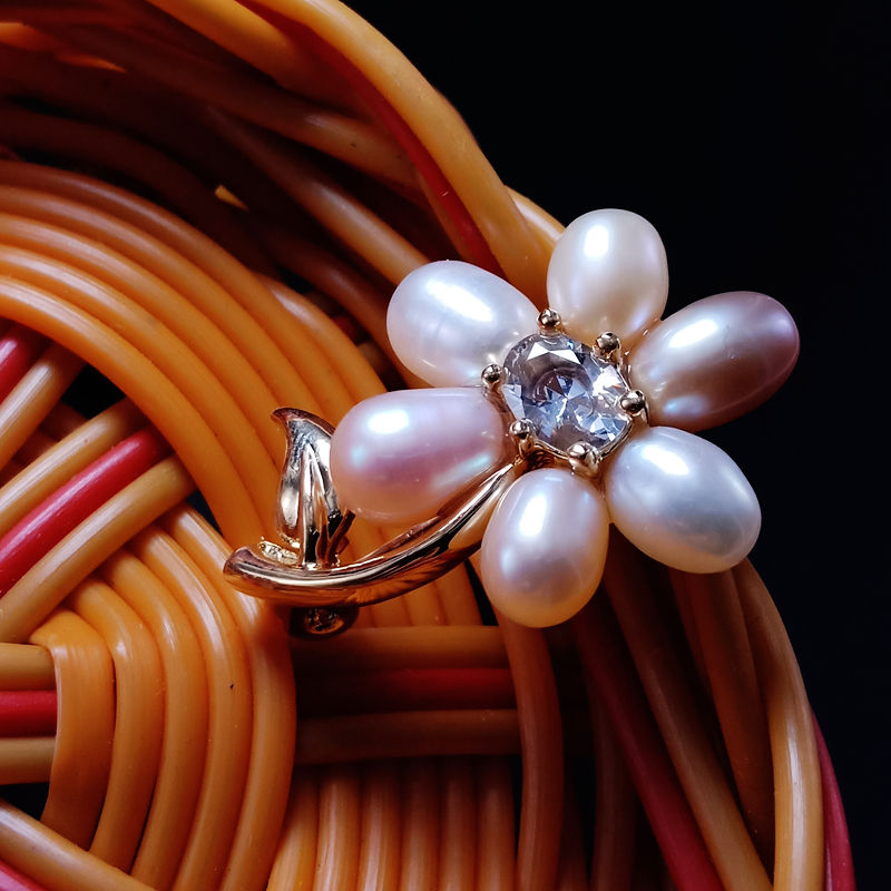 Japan and South Korea fashion new products delicate and simple Freshwater Pearl Flower Brooch men and women geometric zircon clothing accessories