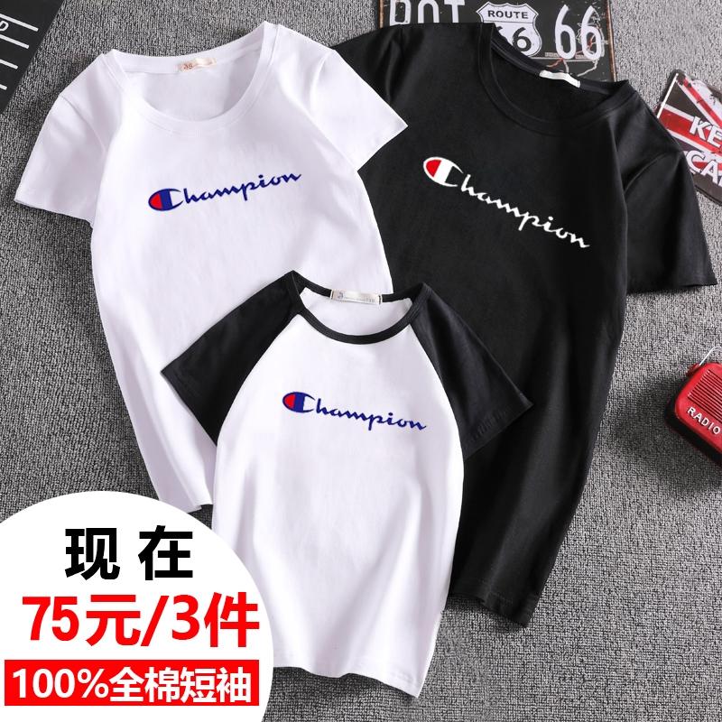 同モデルは親子三人で親子で半袖Tシャツを着用しています。