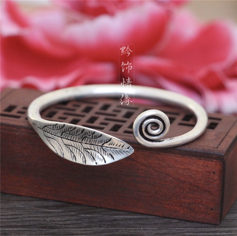 Guizhou hand-made Miao silver retro national wind night sky son Xia Yingying same open-ended Bracelet men and women court small leaf