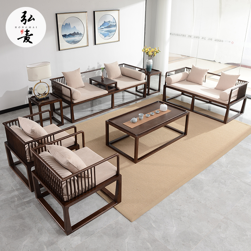 新中国式丸太ソファセット123中国風白蝋木民宿禅意販売楼で別荘の家具について商談しています。