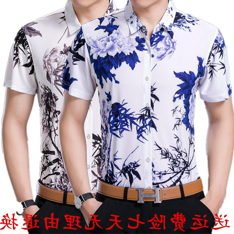 The middle-aged man is a fashionable uncle with short sleeve shirt in summer. The thin inch clothes are colorful. Dads clothes are cool
