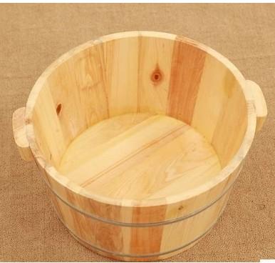 手桶の足風呂桶を包んで、足桶に足を浸す。蓋付きの洗面器。