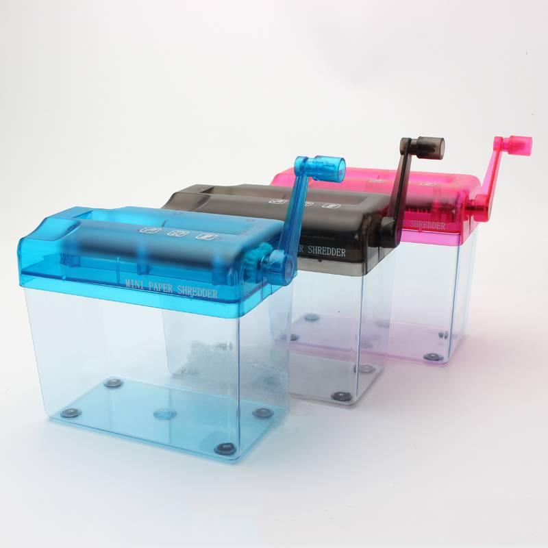 新型携帯ミニ家庭用の手切り紙機A 6小型オフィス静音シュレッダーが紙の粉砕機を手で振っています。