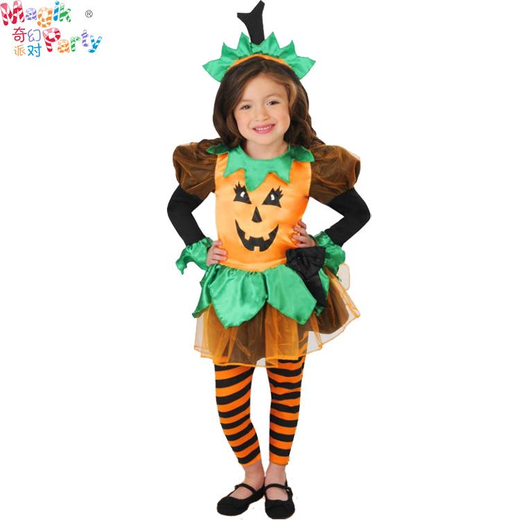 ハロウィンの子供たちが服のコスプレをしています。女の子カボチャの魔女のスカートの魔法使いです。