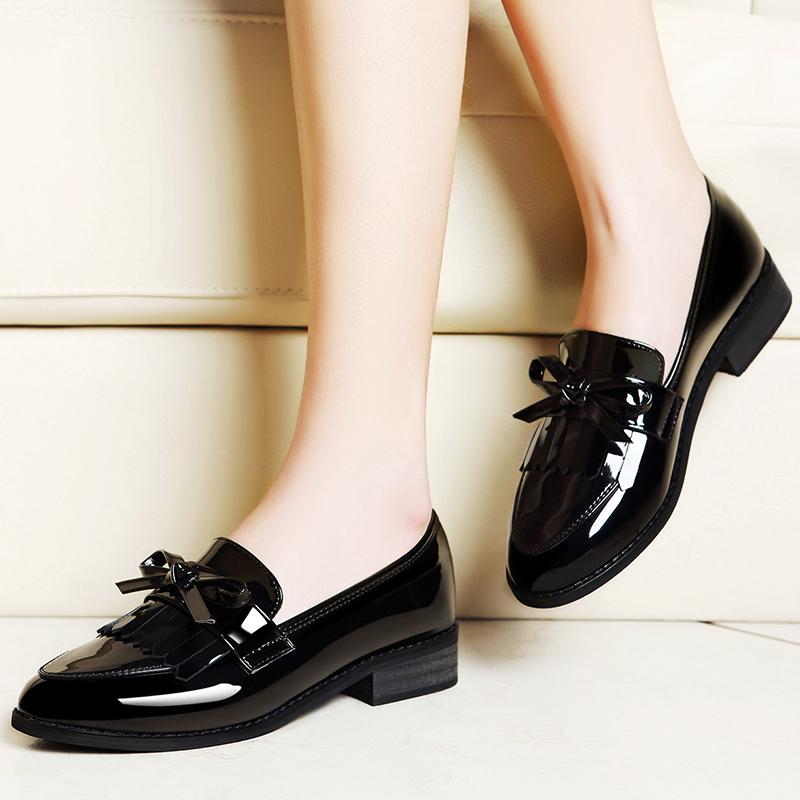 一脚蹬黑色粗跟英伦风平底小皮鞋图片