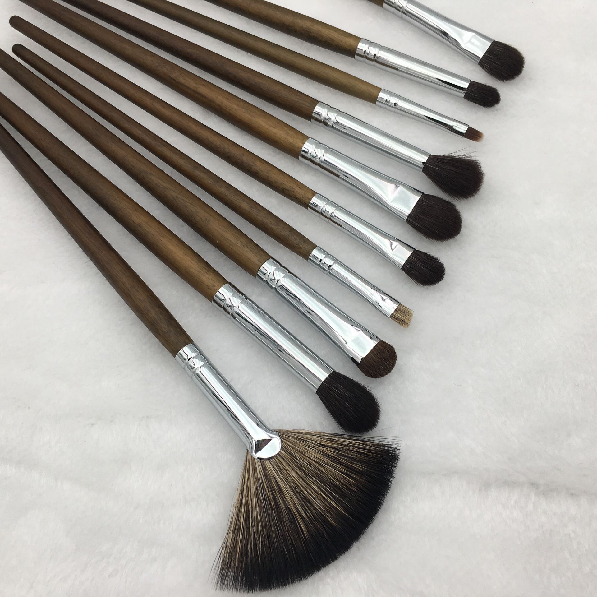 4 bags, ancient hair brush, animal hair, eye brush, eyebrow, brush, dizzy eye, nose shadow brush, concealer brush, and other brush.