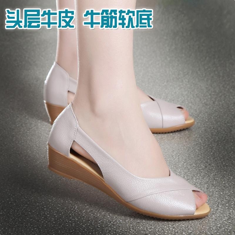 鱼嘴鞋中跟妈妈凉鞋女夏2019新款真皮软底舒适中老年坡跟平底女鞋