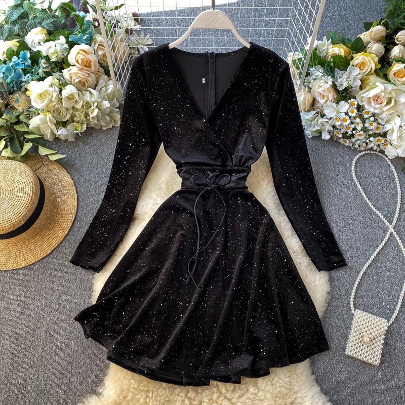 赫本小黑裙2019秋装新款很仙的法国小众复古丝绒亮丝冷淡风连衣裙