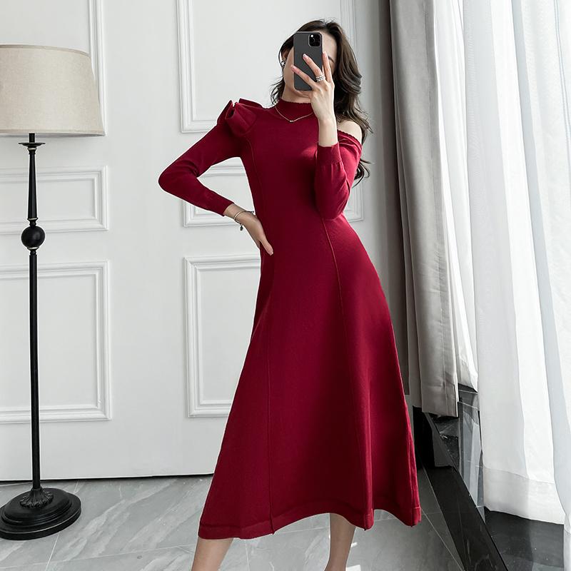长款毛衣连衣裙2021春装性感露肩修身过年显瘦洋气外穿针织连身裙
