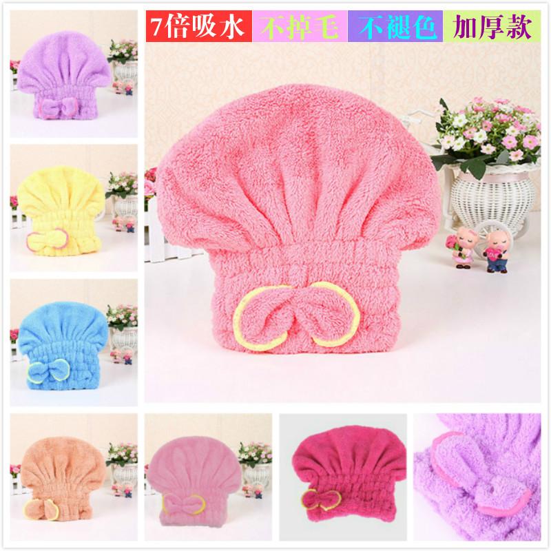 非常に強い吸水性のある乾いた髪に包まれています。タオルとシャワーキャップで髪を拭きます。