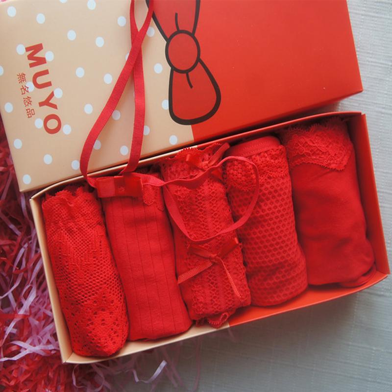 セクシーな少女のレースの結婚式の箱は赤い女性の三角の純綿を詰めます。