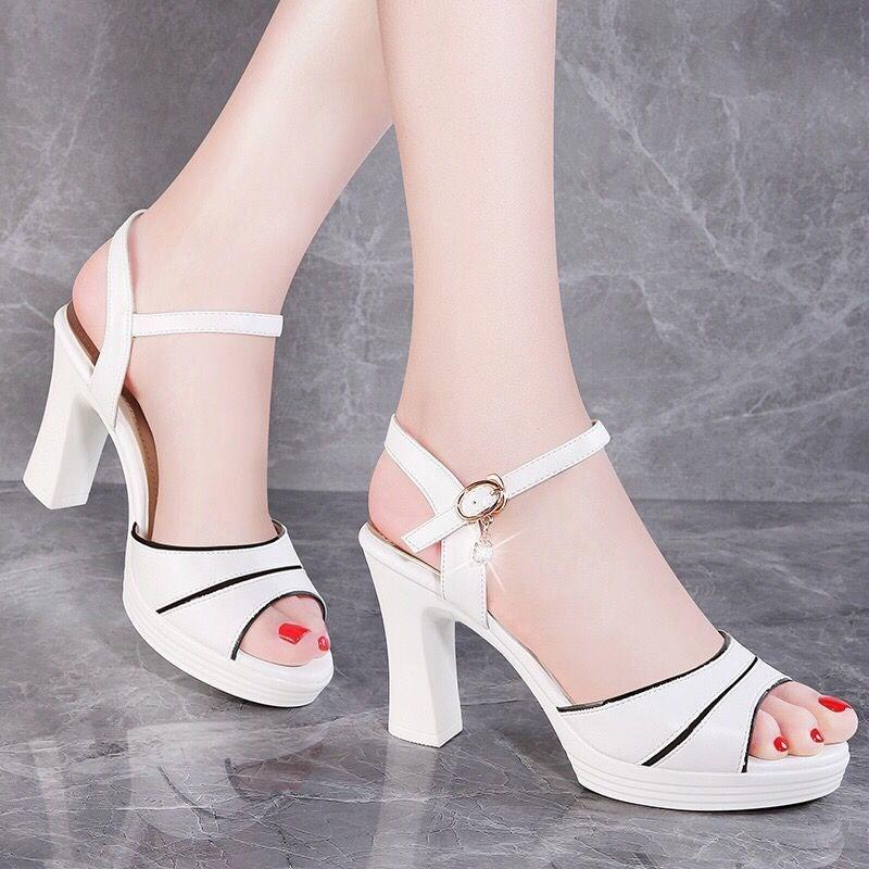 鱼嘴凉鞋女2019夏季新款露趾一字扣女鞋子韩版百搭时尚粗跟高跟。