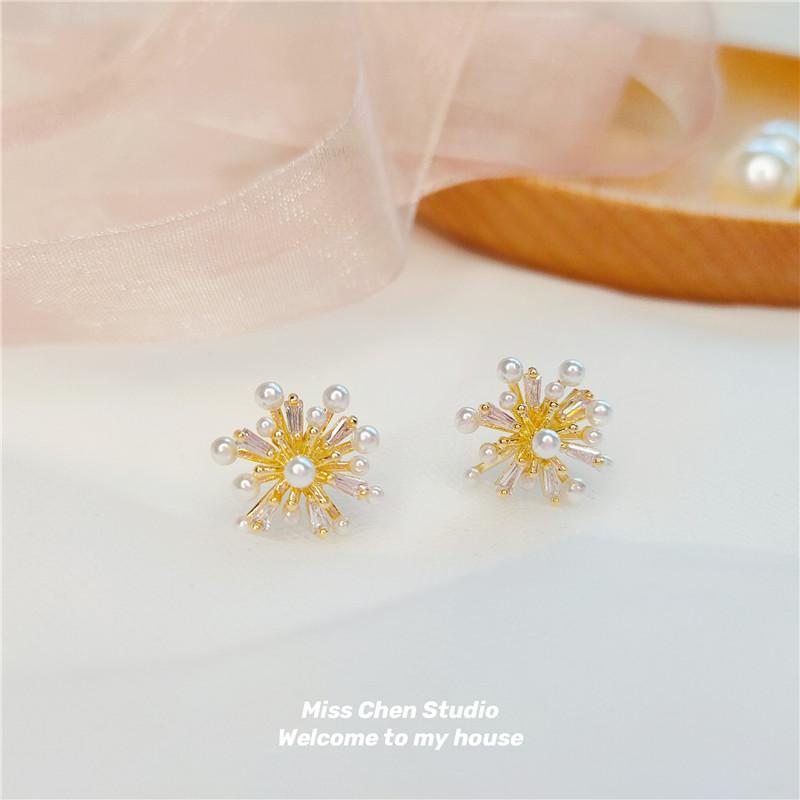 Chen Korea exquisite super sparkle zircon temperament Earrings mesh red snowflake pearl simple Earrings personalized Flower Earrings