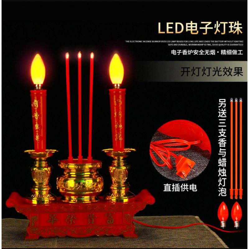 灯明を仏に供える家庭用の燭台の電子灯を電気キャンドルの電子香キャンドルに差し込む。