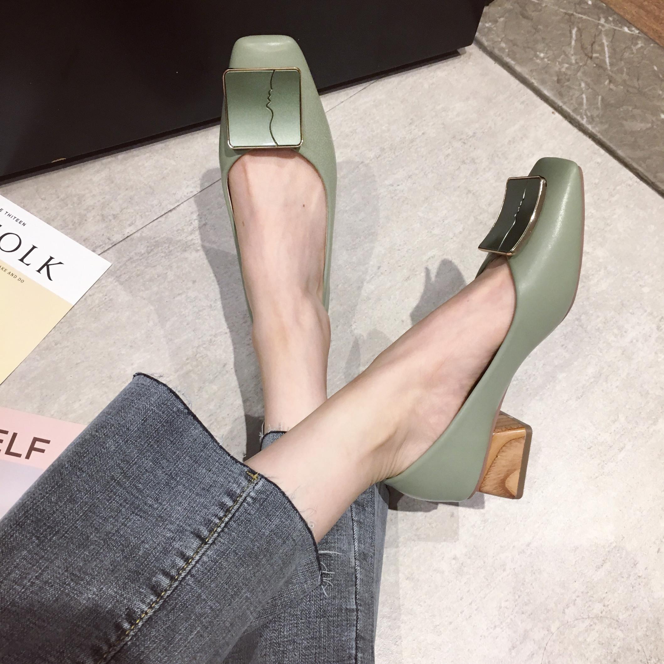 牛油果绿单鞋女2020新款韩版方头浅口抽象金属方扣气质粗跟高跟鞋