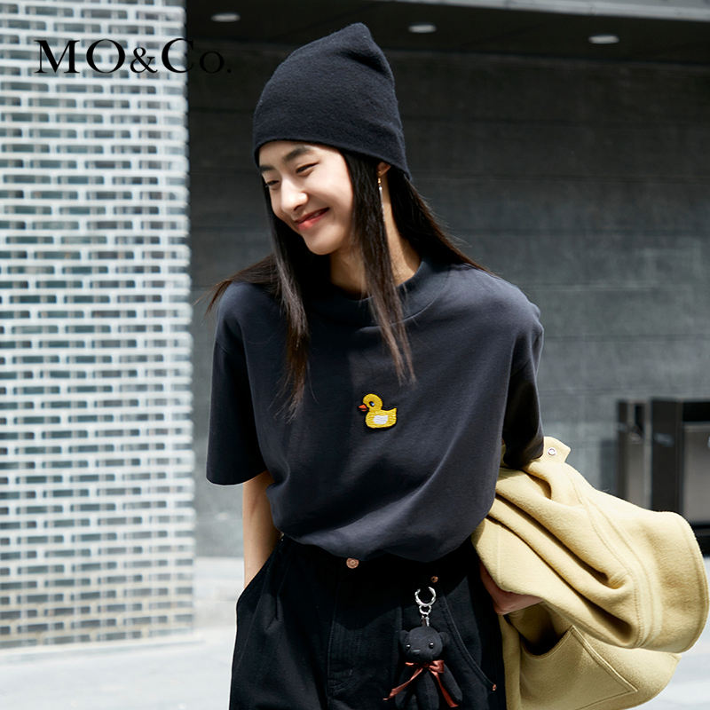 MOCO2020 Winter New Product Cartoon Embroidered Little Yellow Duck Turtleneck T-shirt Moanke Cute Pet Tribe