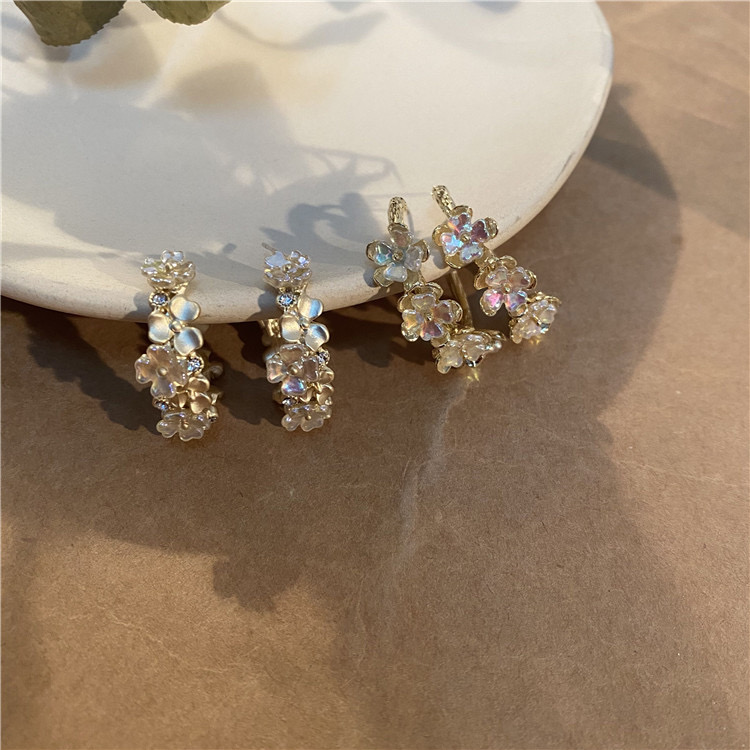 Feng Xiaoma hand made exaggerated big flower garland Earrings retro Hong Kong style small fragrance Yabo Earrings suitable for round face