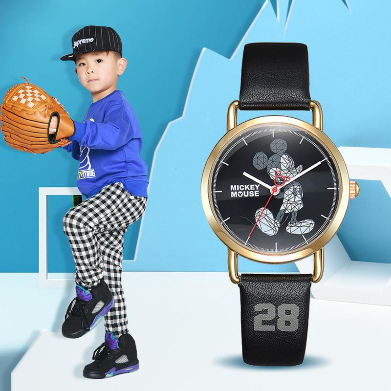 ディズニーランドの子供用腕時計ベルトが可愛い、ミッキーボーイクォーツの腕時計。