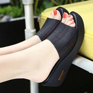 百丽纯爱新款真皮女凉拖坡跟中跟防水台外穿拖鞋轻底软底一字