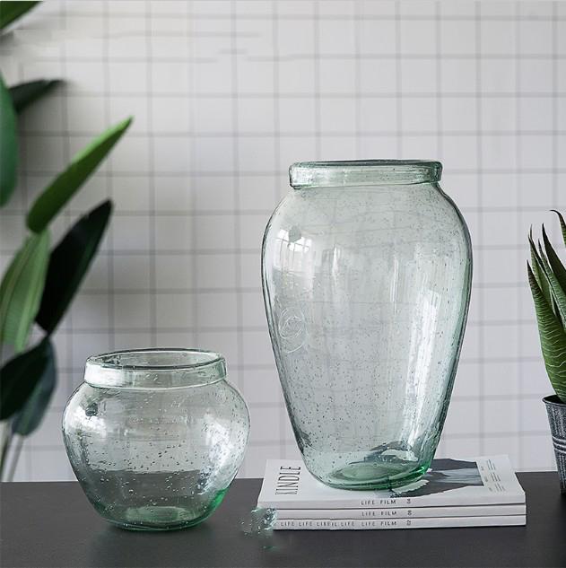 禎品ホーム斯普侖は透明なガラスの花瓶を入れて人工的に吹き付けて客間の家に飾りを置いています。