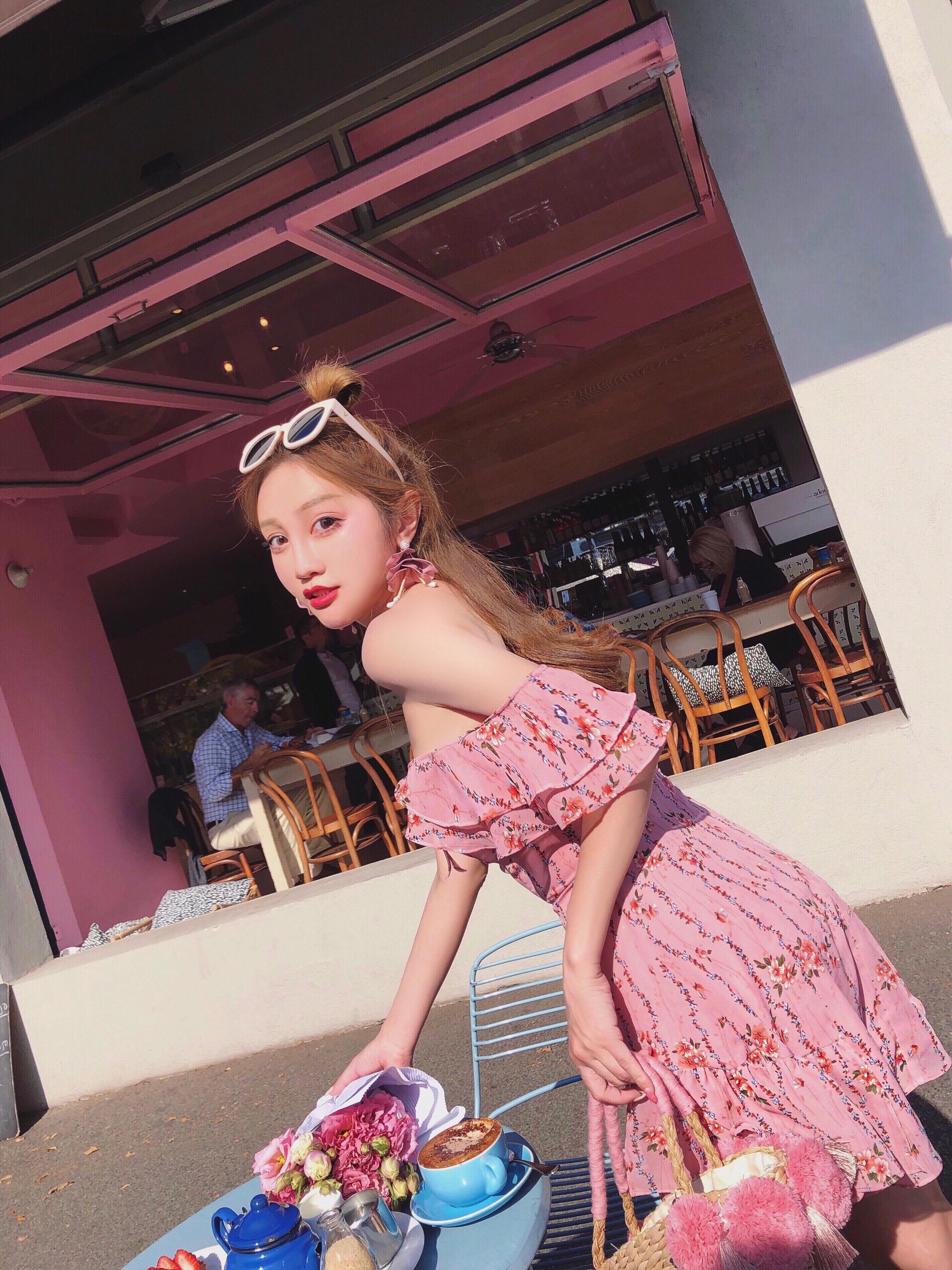 Q女家连衣裙女夏2018新款粉色性感露肩碎花裙度假风一字肩雪纺裙
