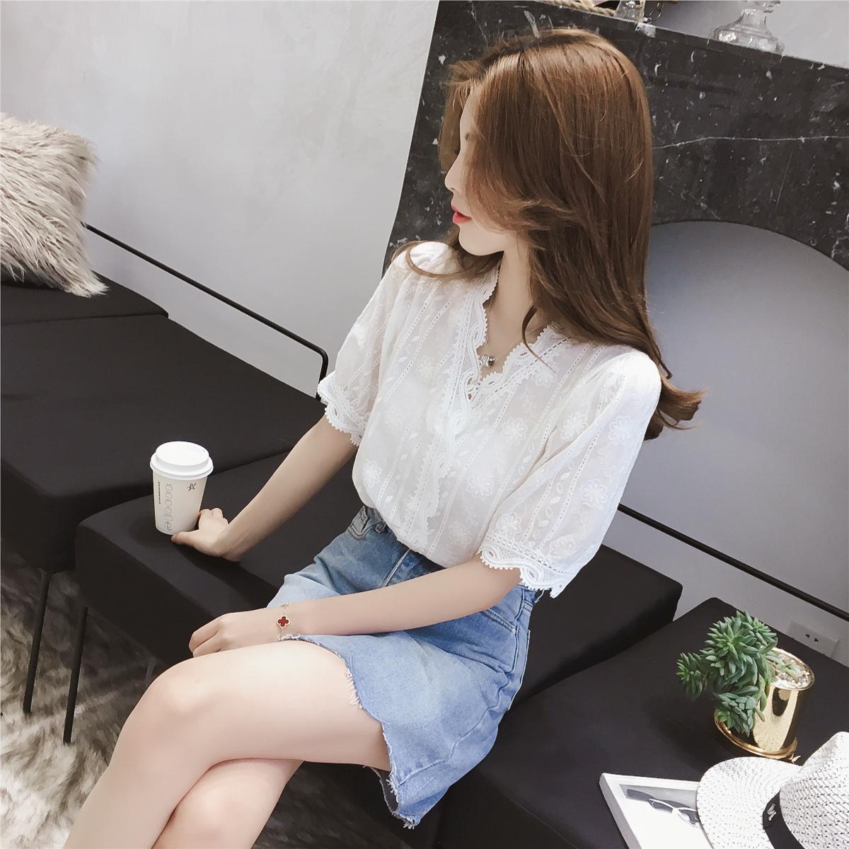 夏装2018新款V领花边灯笼袖白色洋气蕾丝衬衫女百搭超仙上衣小衫