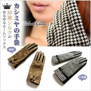 The new female autumn and winter gloves warm cold Houndstooth wool angora gloves fashion casual