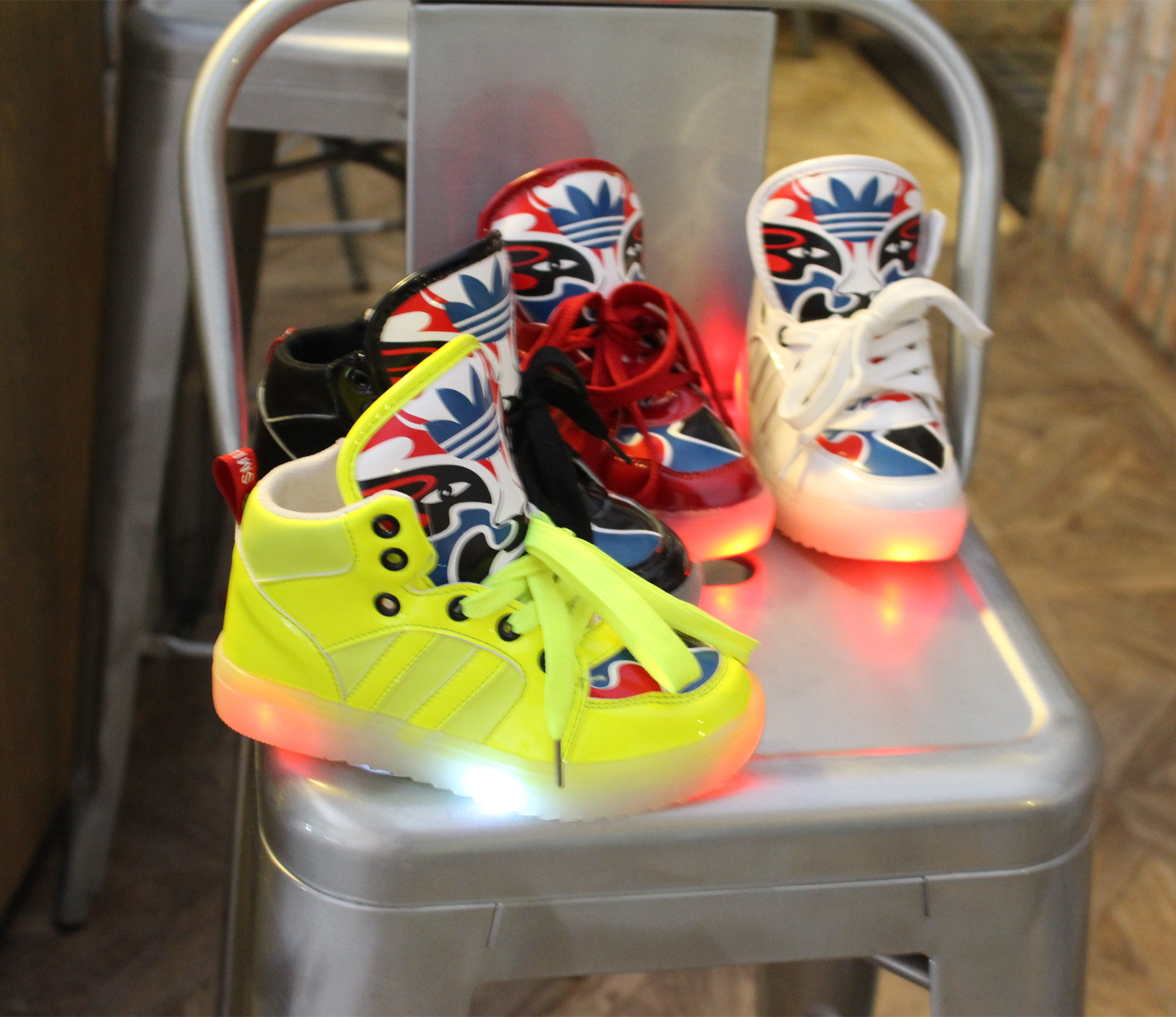 к 2015 году новых детей обувь Европейского прилив яркий светодиод ночные лампы обуви прилив Facebook мальчиков случайный свет Спортивная обувь