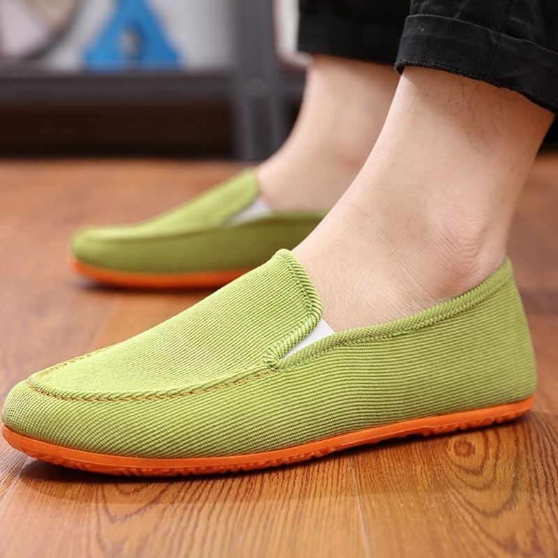 。 A pair of cloth shoes in autumn, mens lazy shoes, leisure loafers, Korean version, students sails without laces.