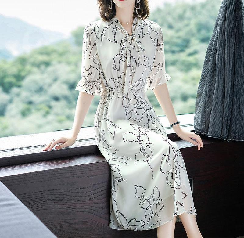 ? Middle aged womens dress new 2020 summer dress V age reduction collar flared sleeve temperament French retro skirt