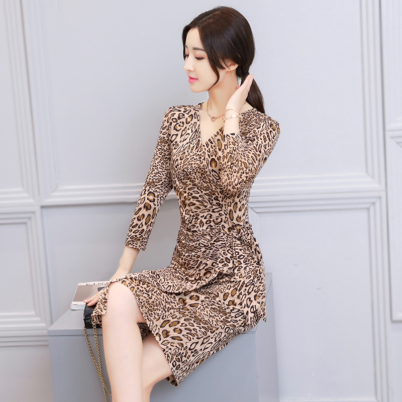 New style milk silk spring dress spring and autumn V-neck middle aged lady mother skirt summer leopard print Celebrity Slim dress