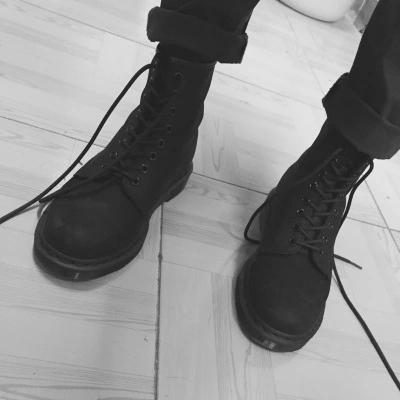 マーティンの靴の男性の英倫の平底の上の階の皮革の靴の黒色のすりつぶした砂の8孔のショートブーツの冬の女性の靴のレジャー。