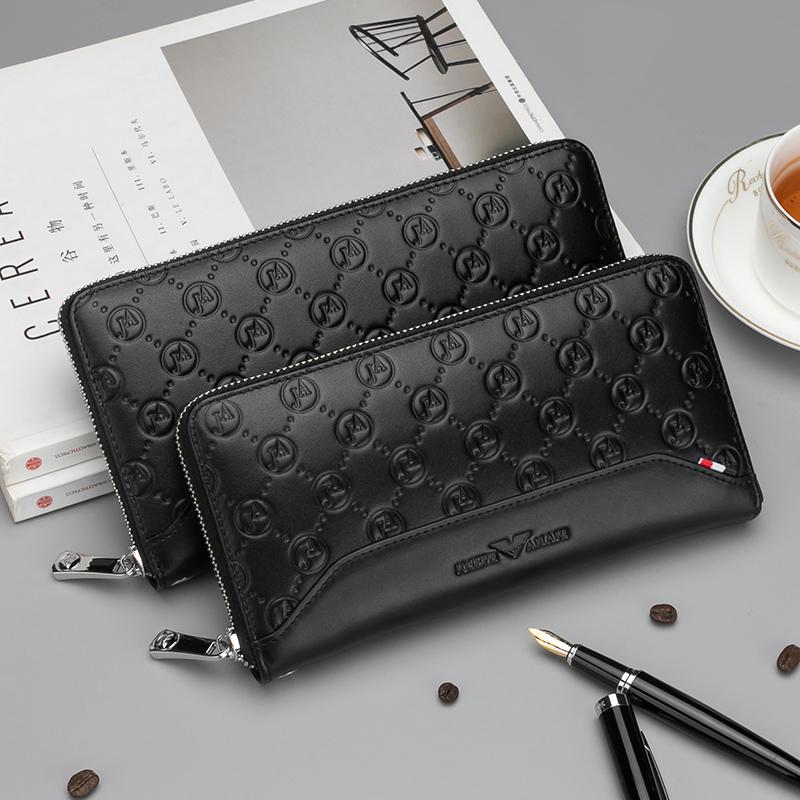 本革の財布は大容量のチャックを挟んでいます。長めの男性はバッグを持っています。