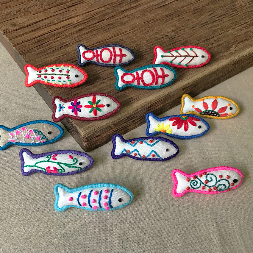 A hand-made original embroidery Brooch accessories small. Pin Xizi lotus. Fugusen fish