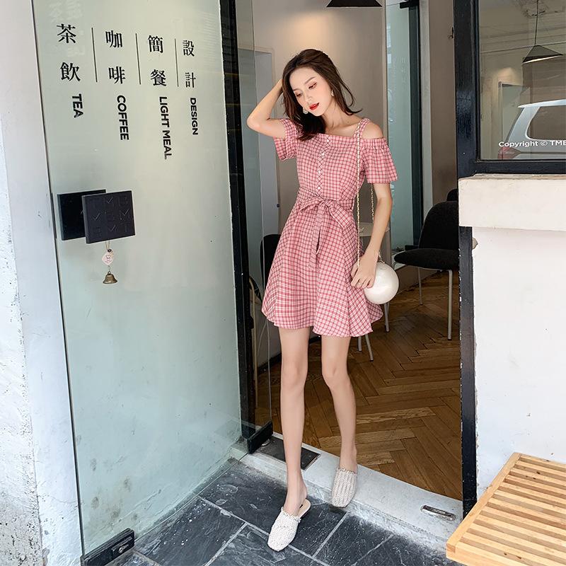 甜美风温柔格纹裙子女2020夏装新款时尚一字肩性感露肩连衣裙子女