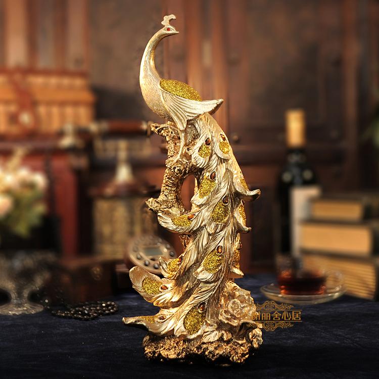 ヨーロッパ風の鳳凰工芸品の置物は、キャビネットのテレビ売り場に飾ってあります。