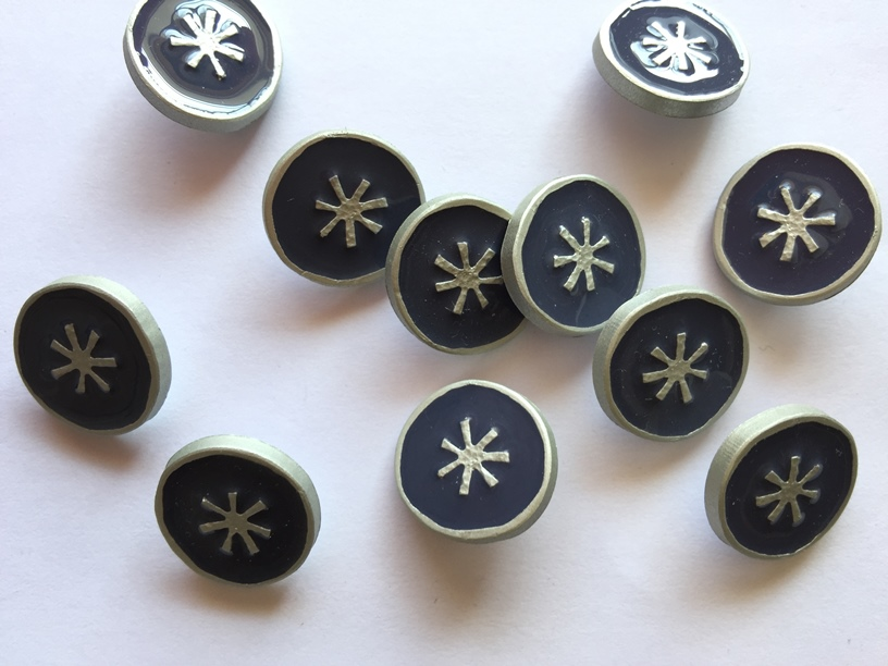 Price of 18mm silver buttons at the edge and center of navy blue in textile garden, UK