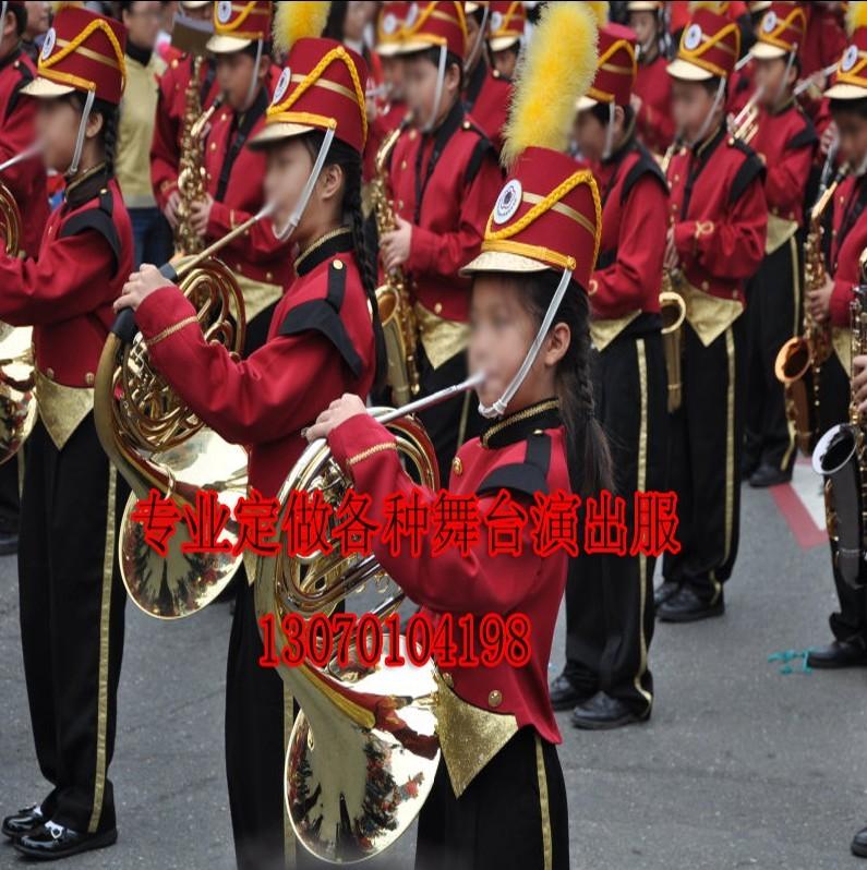 児童軍楽隊の服装学生が旗を揚げて服装の軍楽隊の鼓手をたたいて少年バンドの服装の公演服に従います。