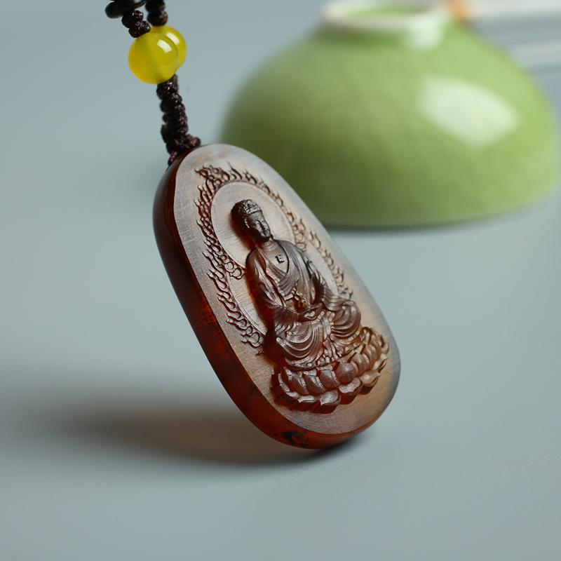 天然ミャンマー琥珀大日如来、干支属のサル属羊の守り神である本命仏のネックレスがぶら下がっています。