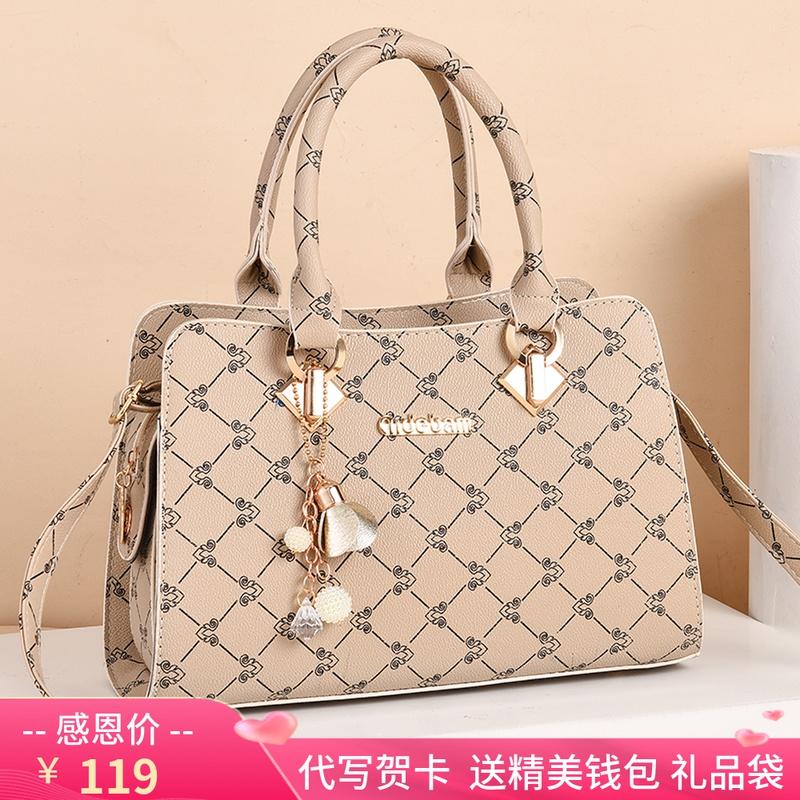 お母さんにバッグをプレゼントします。女性はおしゃれな中年ファッションバッグです。40歳です。女性は斜めにハンドバッグを提げます。