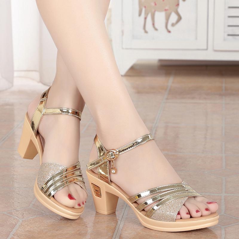 新款足意尔康女凉鞋夏季中跟女鞋真皮软底凉皮鞋粗跟妈妈凉鞋女图片