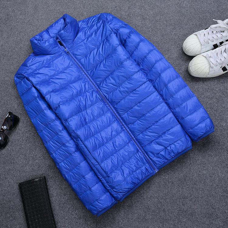 新スタイルの男性は薄手のスタンドカラーコートの青年は大きいサイズの羽毛ジャケットを修理します。超軽量で薄型の男装です。