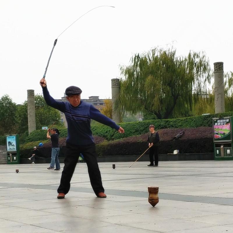 实木儿童陀螺健身成人中老年人玩具木质大号木制鞭杆鞭绳抽鞭子打
