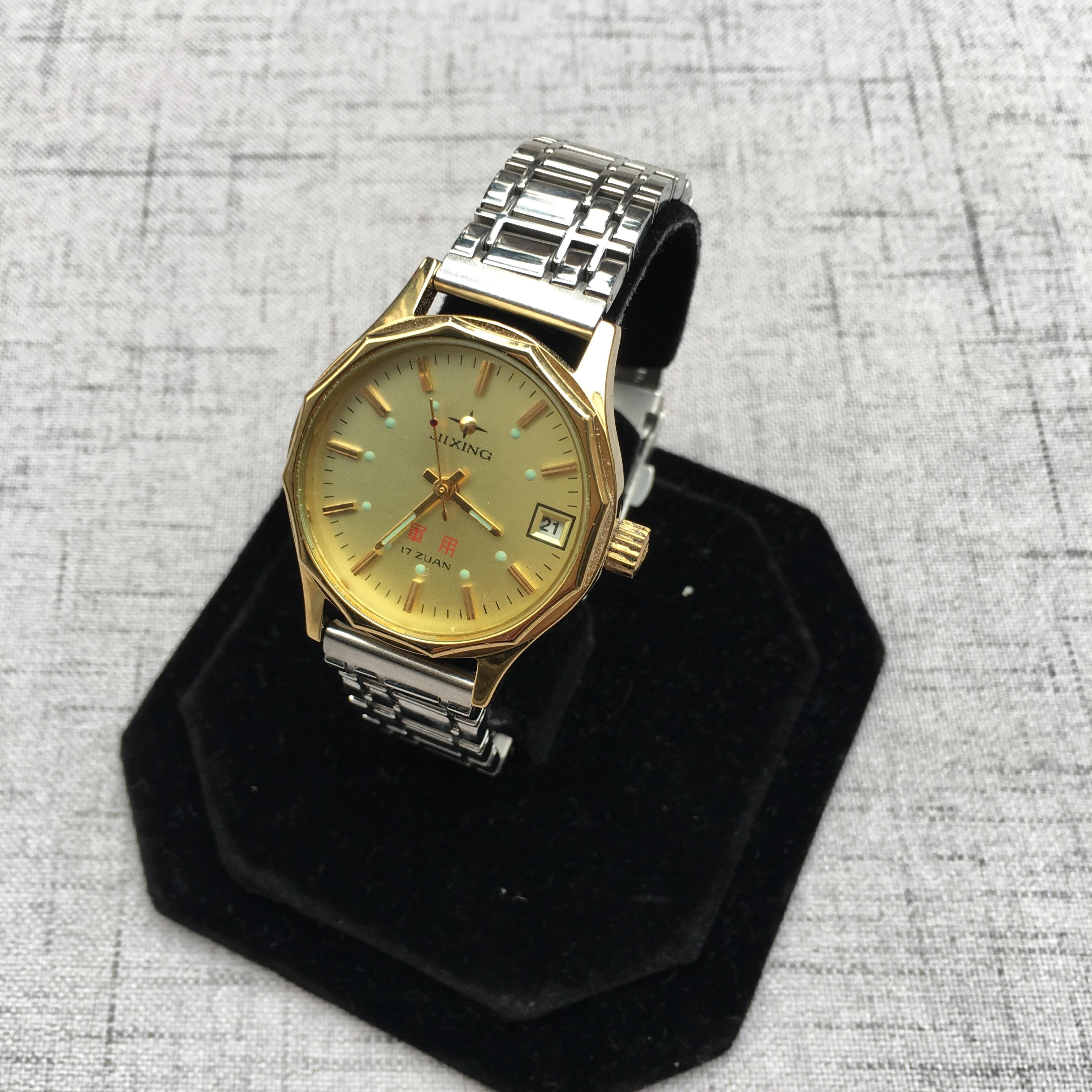 国産の古いブランドの新品の在庫品です。機械式腕時計ゴールド円盤レトロコレクションです。