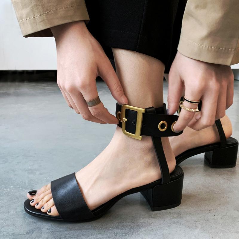 欧美复古罗马露趾凉鞋女夏2019新款粗跟脚环绑带铆钉方扣时装女鞋