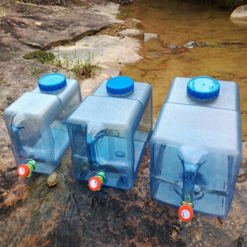 На открытом воздухе водяной бак отправить кран чистый мое весна магазин ведро пластик пищевого домой заполненный водой питьевой баррель автомобиль большой размер